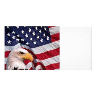 Águia americana com bandeira americana cartão com foto