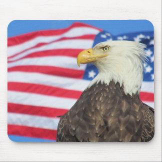 Águia americana com bandeira dos Estados Unidos Mouse Pad