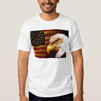 Águia americana com bandeira tshirt
