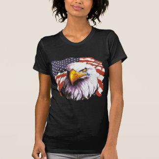 Águia americana com um rasgo - bandeira dos EUA no T-shirts