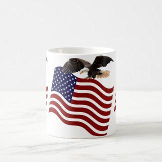 Águia americana no azul branco vermelho da caneca de café