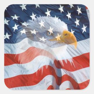 Águia americana patriótica na bandeira americana adesivo quadrado