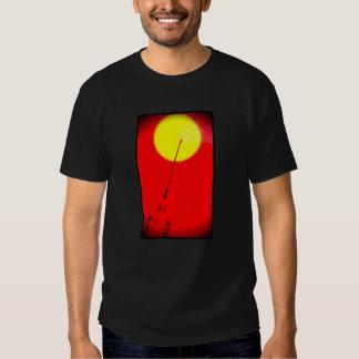 Agulha no t-shirt do sol