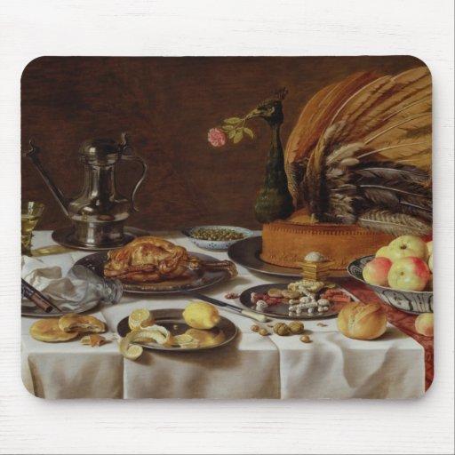 Ainda vida com uma torta do pavão, 1627 mouse pad