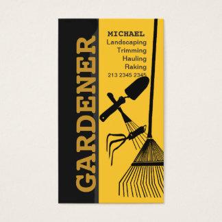 Ajardinando o cuidado de jardinagem do gramado do cartão de visitas
