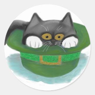 Ajustados do gatinho do smoking dentro do chapéu adesivo