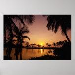 Ajuste de Sun na baía de Anaeho'omalu, ilha grande Poster