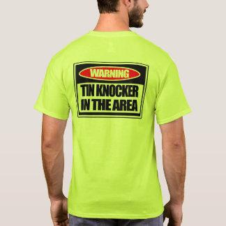Aldrava da lata no t-shirt da área camiseta