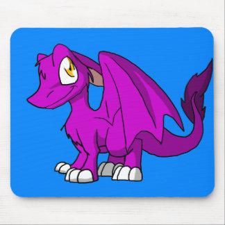 Algum dragão peludo do SD da cor com fundo azul Mouse Pad