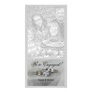 Alianças de casamento no anúncio cinzento do cartão com foto
