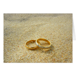 Alianças de casamento no modelo do cartão vazio da