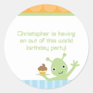 Alienígena com etiquetas da festa de aniversário adesivo redondo