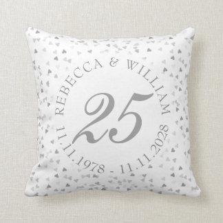 Almofada 25o Confetes dos corações da prata do aniversário
