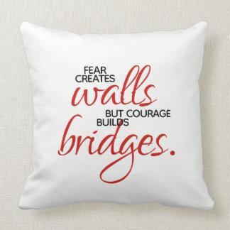 Almofada A coragem inspirada das palavras constrói pontes