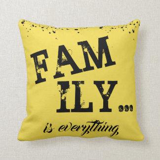 Almofada A família é tudo estilo do Grunge do amarelo -