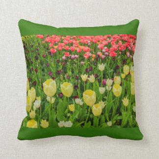 Almofada a florescência das tulipas em um TRAVESSEIRO