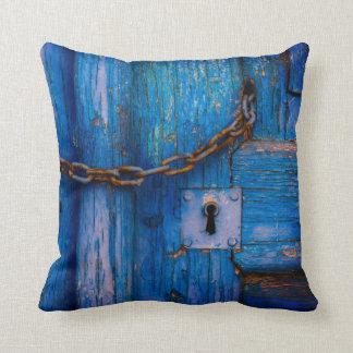 Almofada A porta azul velha com buraco da fechadura e a