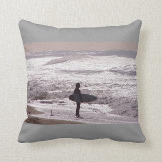 Almofada A praia surfando do oceano do surfista acena o mar