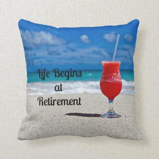 Almofada A vida começa na aposentadoria--Bebida gelado na