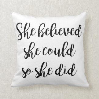 """Almofada """"Acreditou que poderia assim que fez"""" travesseiro"""