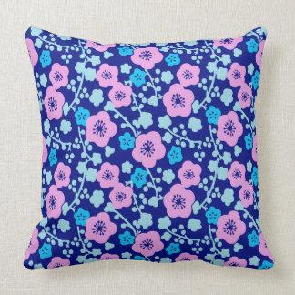 Almofada Ameixa japonesa rica do teste padrão floral azul e