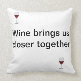 Almofada Amizade e um vidro do vinho