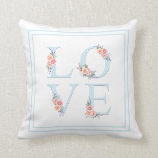 Almofada Amor floral da aguarela na tipografia da flor