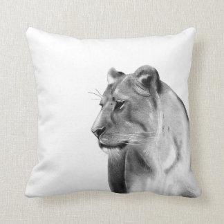 Almofada Animais selvagens da leoa das pastagem do Savanna