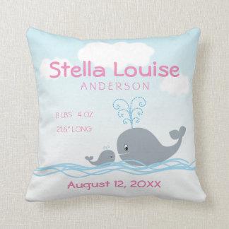 Almofada Anúncio recém-nascido bonito da menina da baleia &