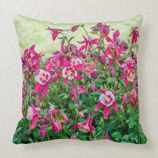 Almofada Aquilégia do rosa e o brancocom folhas