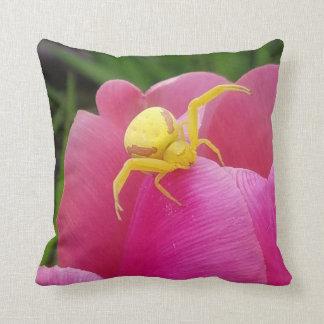 Almofada Aranha amarela brilhante do caranguejo na tulipa