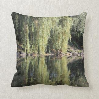 Almofada Árvores de salgueiro refletidas no rio