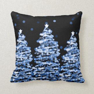Almofada Árvores elegantes de Bokeh do Natal azuis