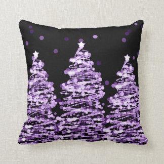 Almofada Árvores elegantes de Bokeh do Natal roxas