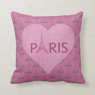 Almofada As torres Eiffel modelam o coração cor-de-rosa de