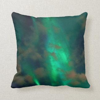 Almofada Aurora boreal verde bonita com nuvens