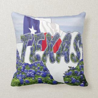 Almofada Bandeira e Bluebonnets de Texas da forma de Texas