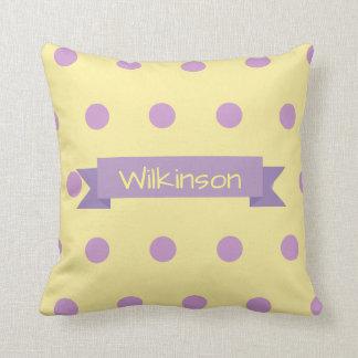 Almofada Bolinhas roxas personalizadas no travesseiro