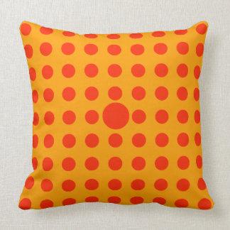 Almofada Bolinhas vermelhas no fundo amarelo brilhante