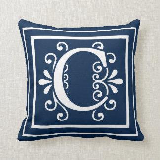 Almofada Branco dos azuis marinhos do monograma da letra C
