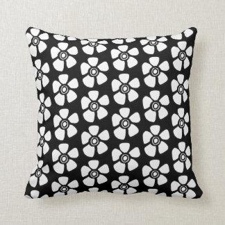 Almofada Branco floral do travesseiro decorativo no preto