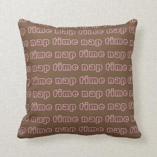 Almofada Brown bonito e teste padrão cor-de-rosa do texto