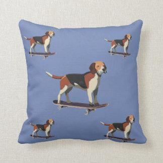 Almofada Cães em skates, travesseiro da sarja de Nimes
