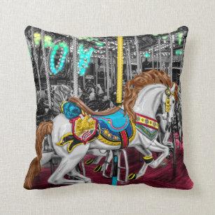 618fe33fbfd Almofada Cavalo colorido do carrossel no carnaval