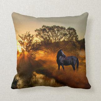 Almofada Cavalo preto no por do sol ou no nascer do sol