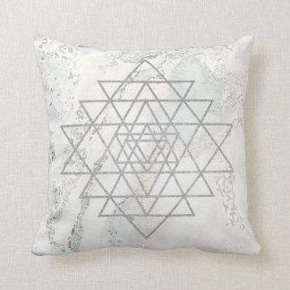 Almofada Cinzas do branco dos triângulos do mármore do