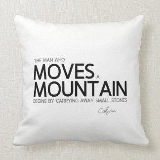 Almofada CITAÇÕES: Confucius: Mova uma montanha, pedras