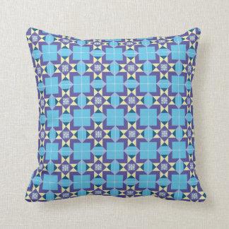 Almofada Coxim com motivo geométrico em azul e em roxo