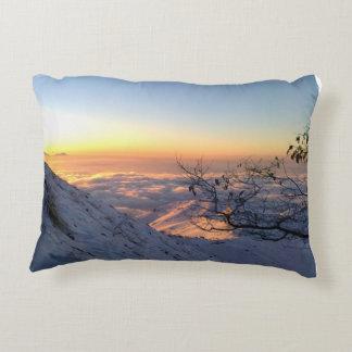 Almofada Decorativa Acima das nuvens na montanha nevado