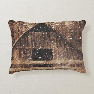 Almofada Decorativa Celeiro velho rural do país primitivo da neve do